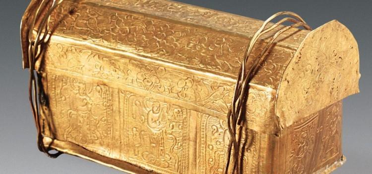 В золотом ларце внутри серебряного обнаружена кость Будды