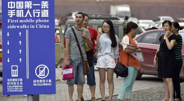 В Китае появились специальные пешеходные дорожки для «гаджетоманов»