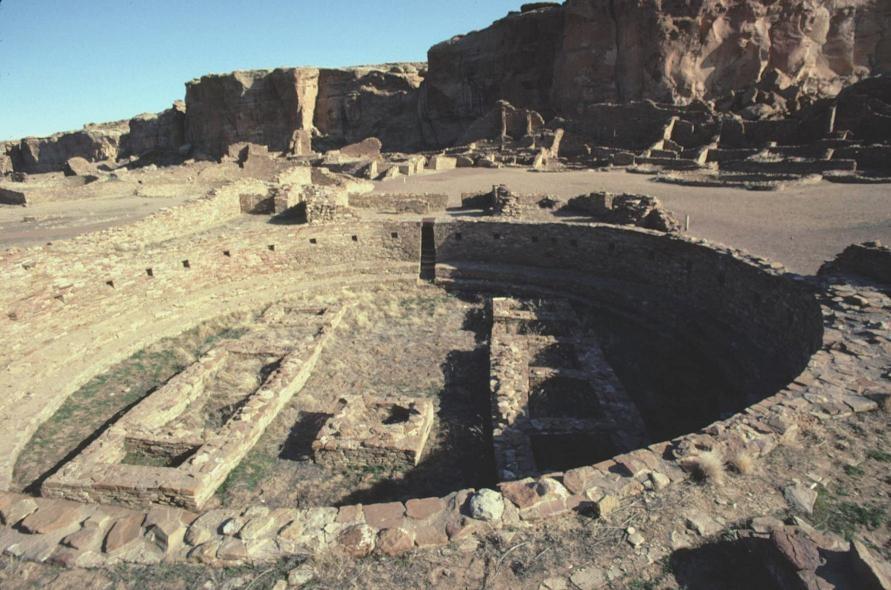 Вид с воздуха на Пуэбло-Бонито и на главную киву (святилище древних пуэбло)