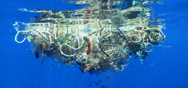 Найден способ переработки заполонившего океан пластика в топливо