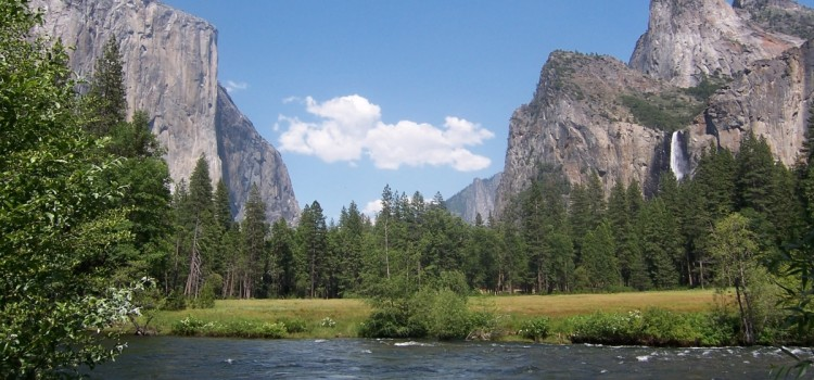 Видео: радуга над водопадом Йосемитского парка в США