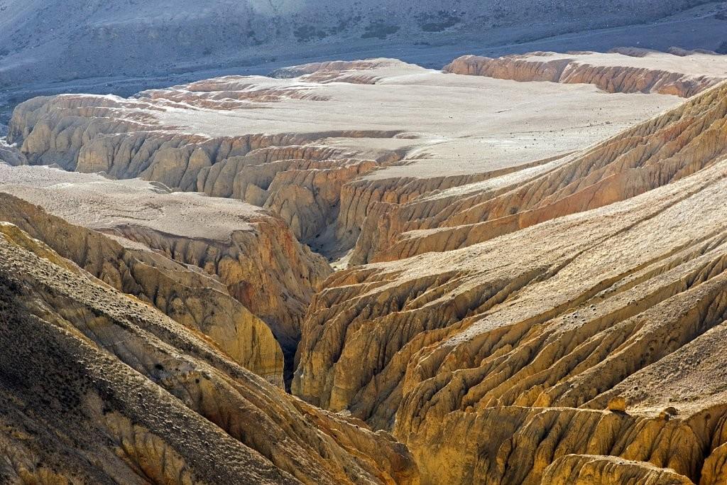 713-Nepal-Korolevstvo-Mustang-2014-skaly-Dhakmar-Red-towers-of-Dhakmar,large.1437327871